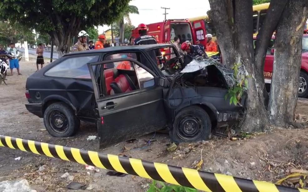 Carro colidiu com árvore após atropelar motoqueiro, segundo testemunhas. Acidente aconteceu no Grande Recife, neste domingo (4) (Foto: Joseph Falcão/TV Globo)