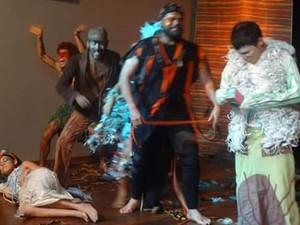 Espetáculo 'Curupira, um ser inesquecível' tem figurino produzido com materiais recicláveis (Foto: Aline Paiva/G1)