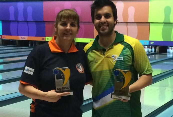 Roseli e Charles, do boliche, comemoram o título brasileiro em família (Foto: Divulgação / CBBOL)