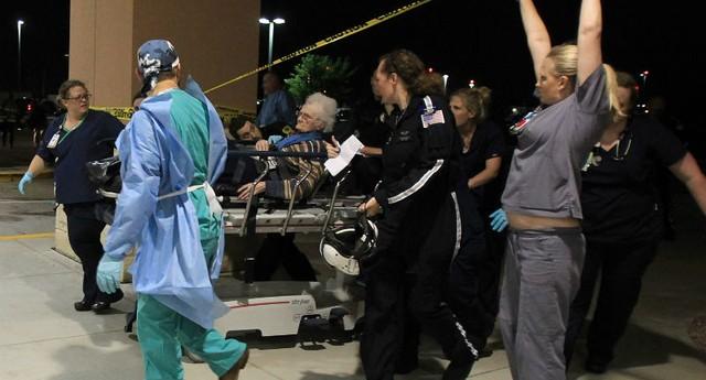 Uma vítima é atendida pela equipe médica de Waco, no Texas. A explosão de uma fábrica deixou dezenas de feridos (Foto: Waco Tribune Herald, Jerry Larson/AP)