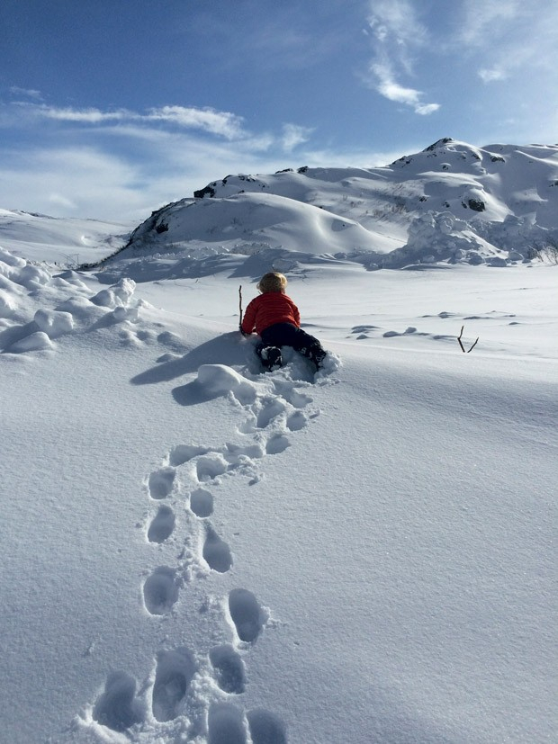 Ben brinca em uma montanha cheia de neve. (Foto: Acervo pessoal)
