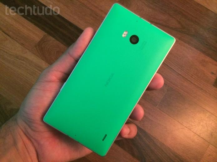 Traseira do Lumia 930, com destaque para a câmera com tecnologia PureView (Foto: Allan Melo/TechTudo)