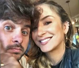 Claudia Leitte faz selfie com o marido Márcio (Foto: Vídeo Show / TV Globo)