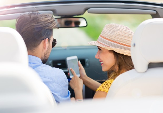 Casal no carro smartphone (Foto: Thinkstock)