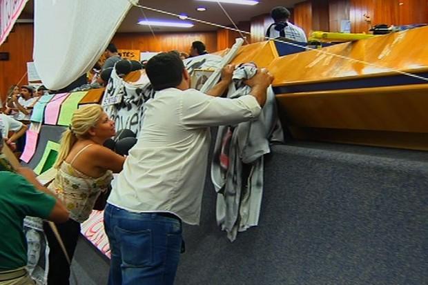 Professores deixam Câmara após 13 dias de ocupação, em Goiânia (Foto: Reprodução/TV Anhanguera)