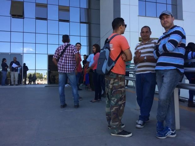 Venezuelanos aguardam atendimento na sede da PF em Boa Vista  (Foto: Emily Costa/ G1 RR)