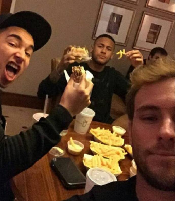 BLOG: Jornal diz que foto de Neymar comendo hambúrguer pode não agradar Luis Enrique