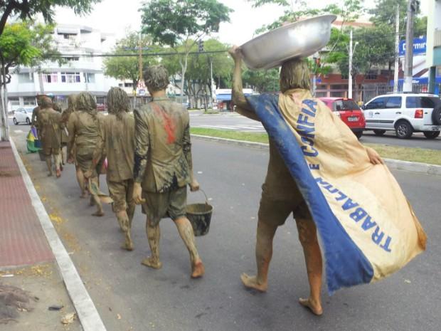 Manifestantes seguindo pelas ruas de Jardim da Penha, em Vitória (Foto: Naiara Arpini/ G1)