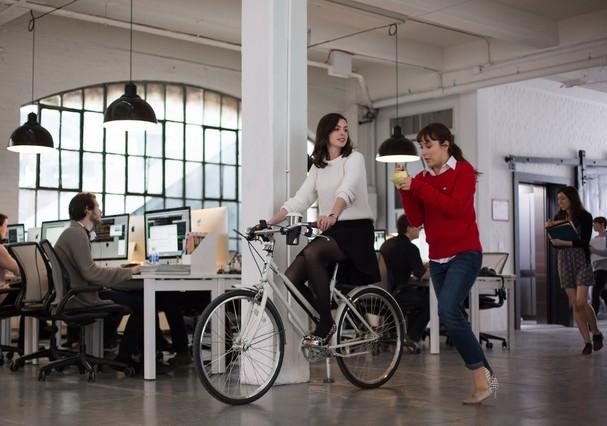 No filme Um Senhor Estagiário, a personagem de Anne Hathaway é dona de uma startup (Foto: Reprodução)
