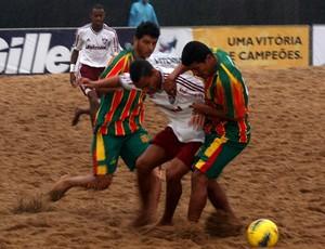 Fluminense x Sampaio Correia – Disputa acirrada de bola debaixo de muita chuva. Fluminense (branco) e Sampaio Correia (verde e vermelho) (Foto: Divulgação/Pauta Livre)