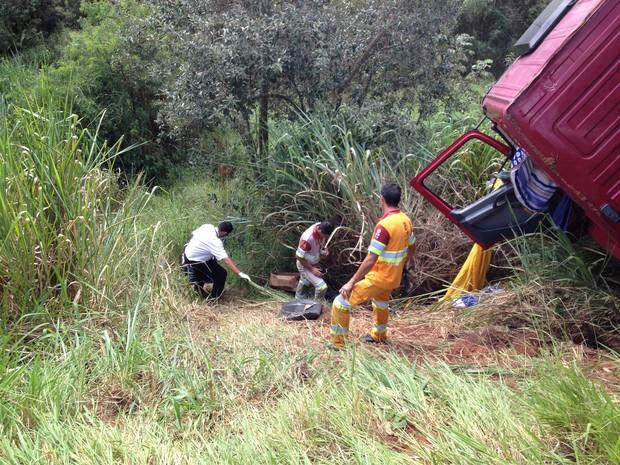 Motorista foi arremessado 10 metros em uma ribanceira  (Foto: André Godinho/ TV Tem)
