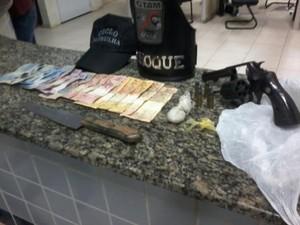 Pedra de crack, invólucro de cocaína, armas e dinheiro foram apreendidos sob posse da adolescente (Foto: Divulgação/Guarda Civil Municipal)