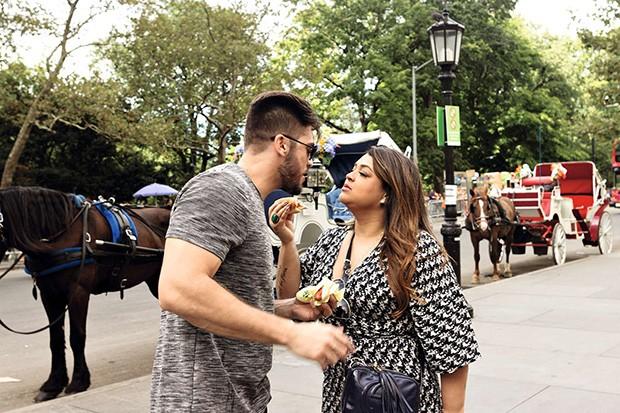 . (Foto: Durante o passeio, o casal mata a fome com hot dog e fritas)