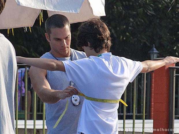 Fábio tira medidas de Vitor (Foto: Malhação / TV Globo)