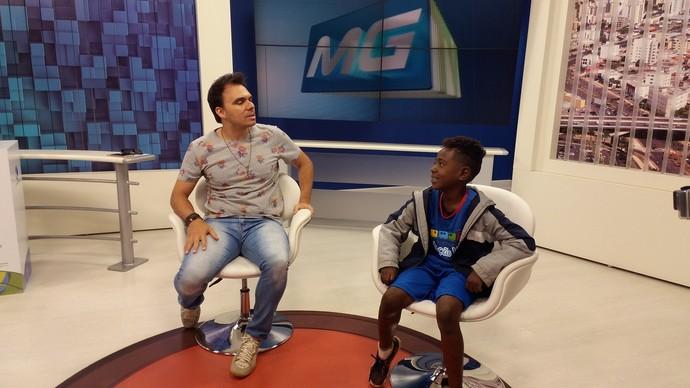 Mário fez dinâmica com os presentes; na foto ele entrevista um integrante do Projeto Estação Vida (Foto: Fernanda Resende)