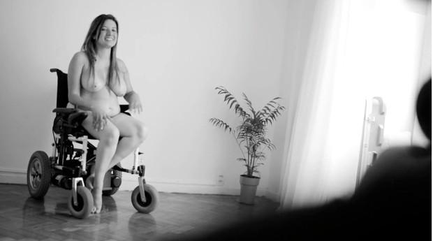"""Luciana: """"Em cima de uma cadeira, há uma mulher, com sentimentos e cheia de amor para dar"""" (Foto: Divulgação - Frame de vídeo 302, série de Jorge Bispo)"""