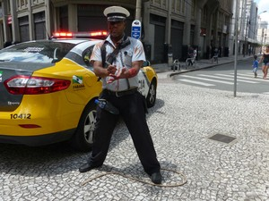"""O instrutor de autoescola, Prudente Rodrigues, fez sucesso com a fantasia de agente de trânsito zumbi. """"Foi uma maneira de fazer uma homenagem"""", contou Rodrigues.  (Foto: Thais Skodowski/ G1)"""