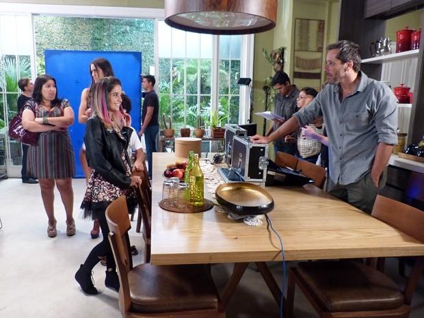 Samantha conversa com Cacá e deixa as irmãs com ciúme (Foto: Além do Horizonte/TV Globo)