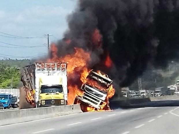 Após colisão, caminhões pegaram fogo em meio às pistas da rodovia (Foto: PRF/Divulgação)