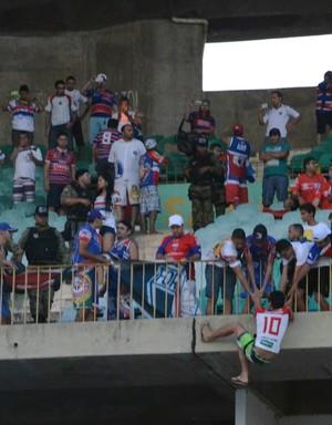 Confusão entre torcidas do River-PI e Fortaleza (Foto: Elziney Santos)