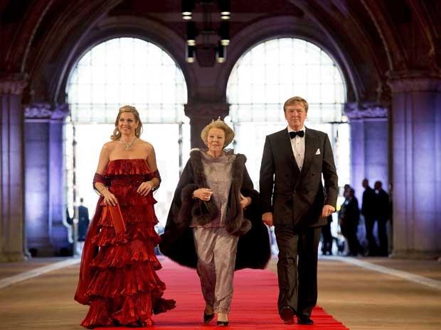 Príncipe herdeiro Willem-Alexander, sua mulher Maxima e Rainha Beatrix, chegam para jantar e para baile de gala no Rijksmuseum de Amsterdã. (Foto: Robin Utrecht / Pool / Reuters)