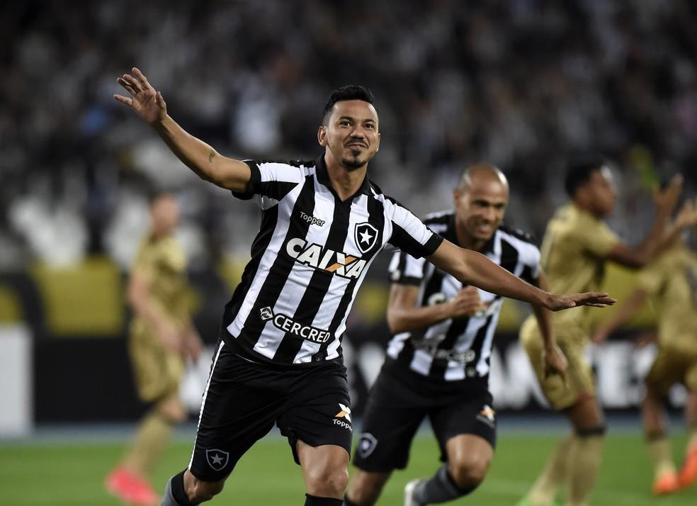 Rodrigo Lindoso marcou no primeiro minuto de jogo (Foto: André Durão)
