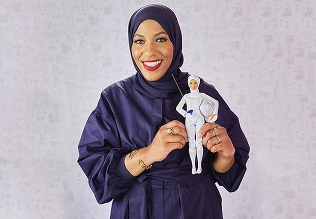 A Barbie foi inspirada na esgrimista Ibtihaj Muhammad, que fez história na Olimpíada do Rio de Janeiro, em 2016, ao ser a primeira norte-america a participar (e ganhar uma medalha), usando o hijab (Foto: Reprodução/Twitter)