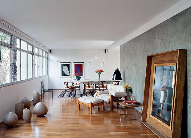 As tábuas largas de ipê foram substituídas por um piso de perobinha, para rejuvenecer o apartamento de 40 anos (Foto: Lufe Gomes/Casa e Jardim)