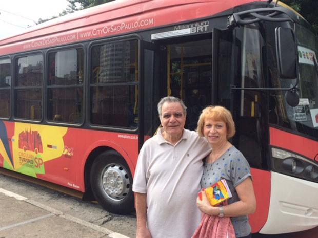 Representante de vendas, Ana Trubiano, de 61 anos, e o marido, ambos de Montreal, buscavam dados prévios para decidir se usariam o serviço nesta segunda, ou em outro dia. (Foto: Lívia Machado/G1)