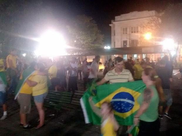 Manifestantes pró-impeachment comemoram na Praça José Bonifácio, em Piracicaba (Foto: Edijan Del Santo/EPTV)