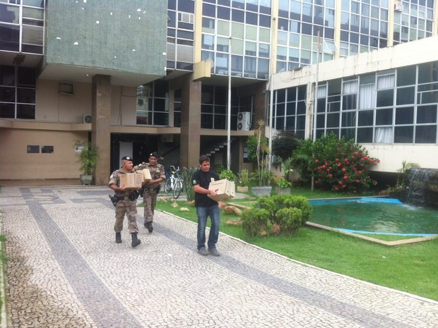 PF cumpre mandado de busca e apreensão na prefeitura (Foto: Sávio Scarabelli/ G1)