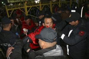 Torcedores da Albânia são revistados na entrada do jogo contra Israel (Foto: AP Photo/Hektor Pustina)