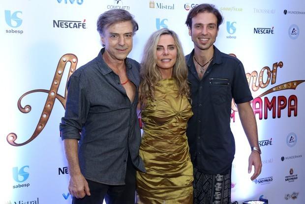 Bruna Lombardi posa entre Riccelli e o filho do casal, Kim. A família se divide entre Los Angeles e São Paulo (Foto: Ag News)