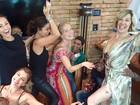 Claudia Raia exibe as pernas em festa de Angélica