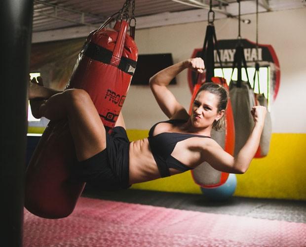 Juliana Frias mostra força no abdômen durante treino (Foto: Beta Bernardol/Divulgação)