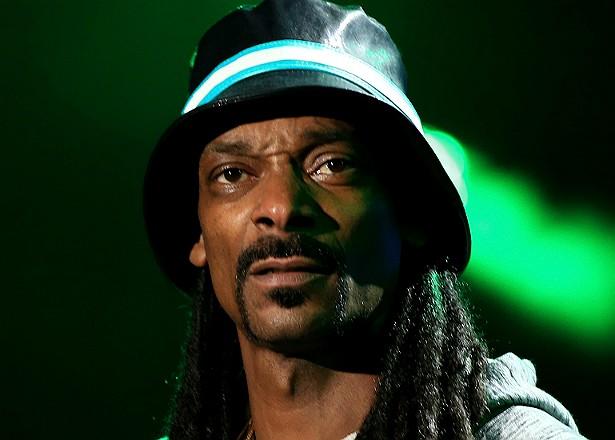 O ex-briguento Snoop Dogg e seu guarda-costas foram acusados de assassinar o membro de uma gangue rival. Apenas depois de anos comparecendo a tribunais o rapper acabou escapando da denúncia. (Foto: Getty Images)