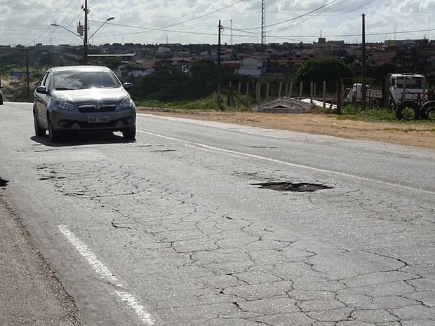 Buracos na BR-406 é uma das principais reclamações dos motoristas (Foto: Fernanda Zauli/G1)