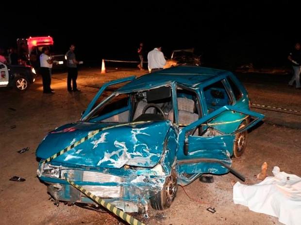 Veículos envolvidos no acidente ficaram destruídos. (Foto: Marcelino Neto/G1)