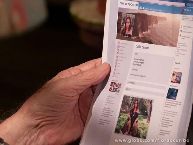 Ester encontra perfil de neta de Manolo (Foto: Flor do Caribe / TV Globo)
