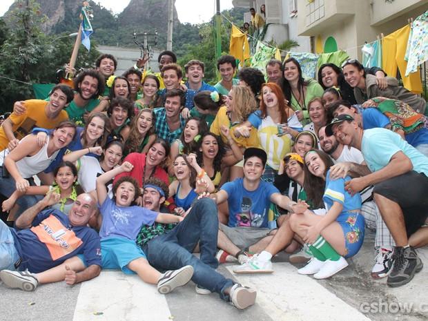 Pose com todo mundo para a foto oficial do final. É O FIM! (Foto: Malhação / TV Globo)