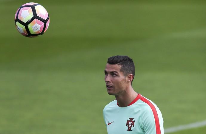Cristiano Ronaldo com a bola no treino da seleção de Portugal (Foto: EFE/Inacio Rosa)