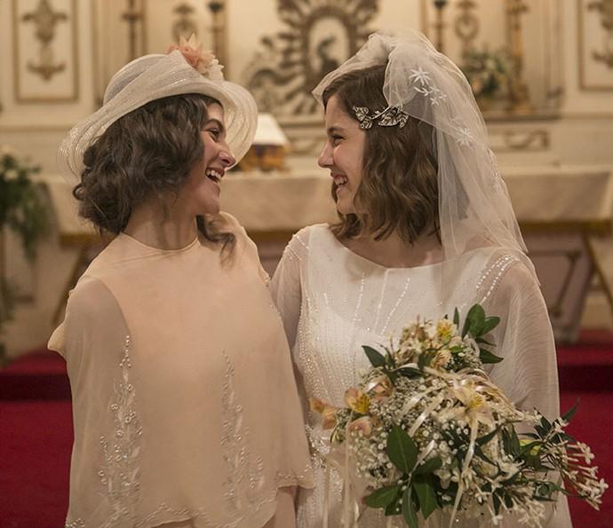 Hana Romannazi e Alice Wegmann felizes da vida nos batsidores de gravações (Foto: Inácio Moraes/Gshow)