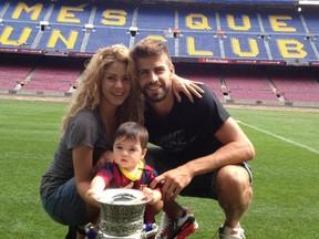 Shakira e Piqué com o filho Milan (Foto: Facebook / Reprodução)