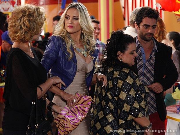 A mão de Bárbara Ellen voa na bolsa de Brunettý (Foto: Sangue Bom / TV Globo)