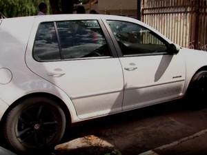 Carro que suspeitos dirigiam quando jovem foi atingido na Bahia (Foto: Imagem/TV Oeste)