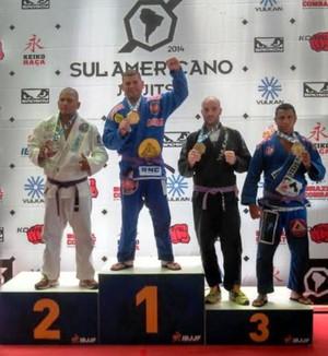 Washington Ferreira comemora título na categoria master 2, peso pesado, faixa roxa (Foto: Leandro Leri Gross/Arquivo Pessoal)