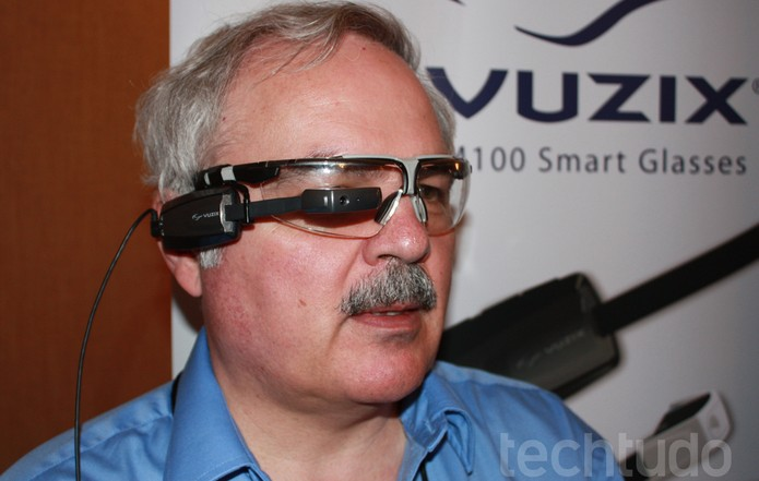 Vuzix, provável concorrente do Google Glass, é destaque no MWC (Foto: Allan Melo / TechTudo)