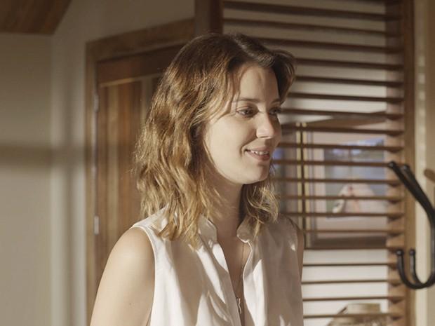Laura começa a se arrumar para ir embora e conversar com Marcos (Foto: TV Globo)