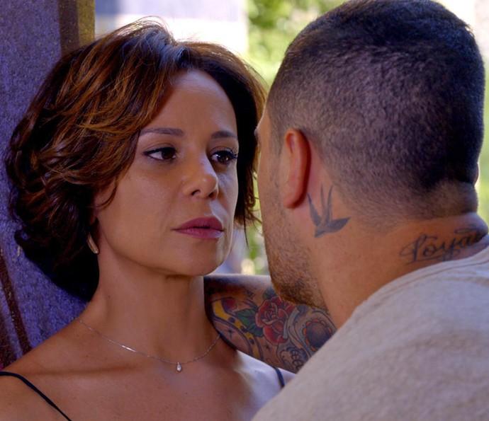 Ana não fica quieta diante das ameaças (Foto: TV Globo)