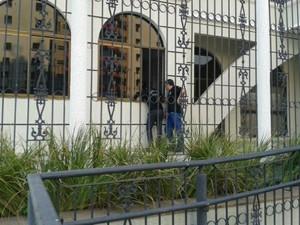 Agentes da Defaz-MT chegam ao prédio onde mora o ex-governador Silval Barbosa (Foto: Renê Dióz/G1)